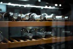 Lagra flaskor av vin i kyl Alkoholiserat kort i restaurang Kyla och bevara vin fotografering för bildbyråer