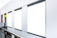 Lagra ställer ut fönsteråtlöje upp mall fotografering för bildbyråer