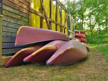 Lagrade kanoter och kajaker Fotografering för Bildbyråer