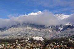 Lagrar av molnet över Innsbruck Arkivfoto