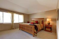 Lagre sovrum med det wood underlaget Arkivbilder