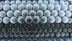 Lagret av färdig plast- leda i rör den industriella det frialagringsplatsen Tillverkning av den plast- fabriken för vattenrör Arkivfoton