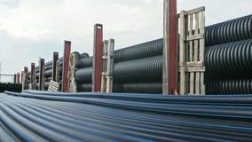 Lagret av färdig plast- leda i rör den industriella det frialagringsplatsen Tillverkning av den plast- fabriken för vattenrör Royaltyfria Bilder