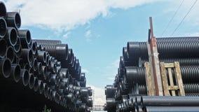 Lagret av färdig plast- leda i rör den industriella det frialagringsplatsen Tillverkning av den plast- fabriken för vattenrör Royaltyfri Bild