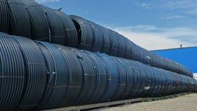 Lagret av färdig plast- leda i rör den industriella det frialagringsplatsen Tillverkning av den plast- fabriken för vattenrör Arkivfoto
