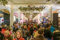 Lagret för Macy ` s Herald Square dekorerade för jul Arkivbilder