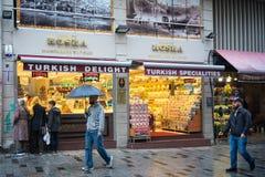 Lagret för turkisk fröjd ställer ut på gatan arkivbild