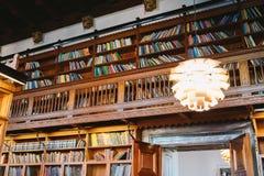 Lagring av böcker Stort gammalt arkiv i den gotiska stilen Hyllor och rader med böcker Stadsarkiv på stadshuset av Danmark royaltyfria foton