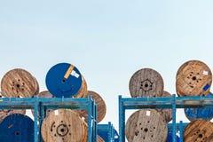 Lagring av träkabelrullar royaltyfri fotografi