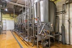 Lagringsstålbehållare på mjölkafabriken Arkivbild