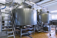 Lagringsstålbehållare på mjölkafabriken Royaltyfri Bild