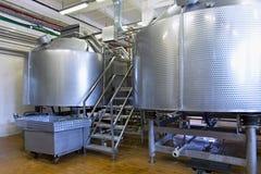 Lagringsstålbehållare på mjölkafabriken Arkivbilder
