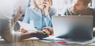 Lagsucces Unga affärschefer för foto som arbetar med nytt startup projekt i modern vind Analysera plan generiskt arkivfoto