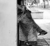 Lagt benen på ryggen damsammanträdekors royaltyfria foton