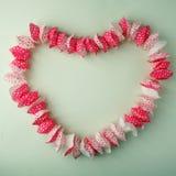 Lagt ut i formen av en muffin i formen av en hjärta på en pastellfärgad grön bakgrund, kopieringsutrymme, överkant, sikt fotografering för bildbyråer