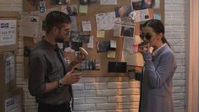 Lagtjänstemän som dricker kaffe och äter donuts, arbetsavbrott, polisstereotyper arkivfilmer