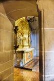 Laguardia, Alava, Espanha 30 de março de 2018: Vista de uma capela lateral da igreja de San Juan com um retábulo dourado e uma en Fotografia de Stock
