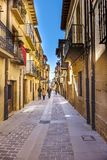 Laguardia, Alava, Hiszpania Marzec 30, 2018: Calle lamada Mayor z brukowiec podłoga i ampuła drylujemy cegiełki, z fasadami kamie Zdjęcia Stock