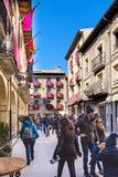 Laguardia, Alava, Spagna 30 marzo 2018: Vista generale del quadrato principale della città con le case con le facciate e il balco Immagini Stock Libere da Diritti