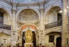 Laguardia Alava, Spanien Mars 30, 2018: Det huvudsakliga altaret, den guld- altartavlan och absid av dengotiska kyrka-fästningen  royaltyfri foto