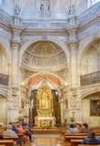 Laguardia Alava, Spanien Mars 30, 2018: Det huvudsakliga altaret, den guld- altartavlan och absid av dengotiska kyrka-fästningen  arkivfoto