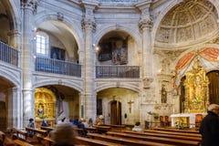 Laguardia Alava, Spanien Mars 30, 2018: Sidosikt av det huvudsakliga skeppet av kyrka-fästningen av San Juan Romansk-gotiska stil arkivfoton