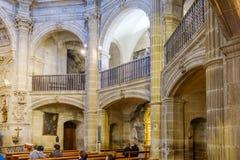 Laguardia Alava, Spanien Mars 30, 2018: Sikt av sidobågarna av kyrka-fästningen av San Juan Romansk-gotiska stilwi royaltyfria foton