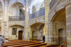 Laguardia Alava, Spanien Mars 30, 2018: Sikt av sidobågarna av kyrka-fästningen av San Juan Romansk-gotiska stilwi arkivfoton
