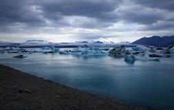 Lagun för glaciär för ³ n för Jökulsà ¡ rlà under en mörk molnig himmel fotografering för bildbyråer