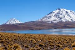 Lagun Miscanti, sjöhöjdpunkt i de Anderna bergen i den Atacama öknen, nordliga Chile, Sydamerika arkivfoton