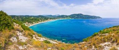 Lagun och höga klippor nära Agios Georgios, Korfu, Grekland Arkivbilder