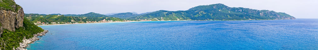 Lagun och höga klippor nära Agios Georgios, Korfu, Grekland Arkivfoto