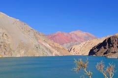 Laguna Agua Negra lagune met Andesbergen bij de weg aan Paso Agua DE Negra, Elqui-vallei, Vicuna, Chili stock afbeeldingen