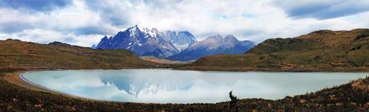 Laguna Amarga och Cordillera Paine panoramautsikt, chilensk Patagonia royaltyfria foton