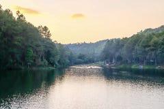Laguna antes del amanecer del sol Fotos de archivo libres de regalías