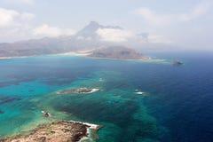 Laguna azul y las montañas Fotografía de archivo