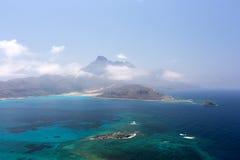 Laguna azul y las montañas Fotos de archivo libres de regalías