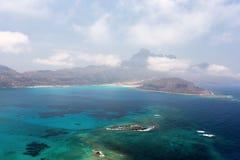 Laguna azul y las montañas Imagenes de archivo