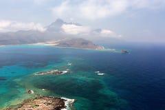 Laguna azul y las montañas Imagen de archivo libre de regalías