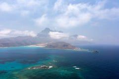 Laguna azul y las montañas Foto de archivo