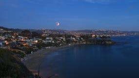 Laguna Beach, Ansicht Kaliforniens Crescent Bay des Blutmondes Stockbilder