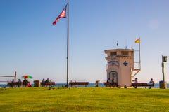 Laguna Beach, Califórnia - 9 de outubro de 2018: Torre e mastro de bandeira da salva-vidas com a bandeira americana com primeiro  foto de stock