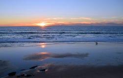 Laguna Beach linia brzegowa przy zmierzchem i niskim przypływem obraz stock