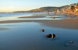 Laguna Beach linia brzegowa przy zmierzchem i niskim przypływem Obrazy Stock