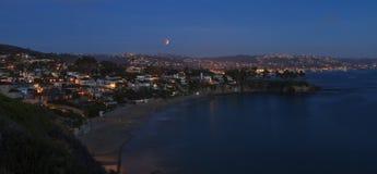 Laguna Beach, opinión de California Crescent Bay de la luna de la sangre Fotos de archivo libres de regalías