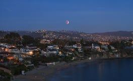 Laguna Beach, vista di California Crescent Bay della luna del sangue Immagine Stock