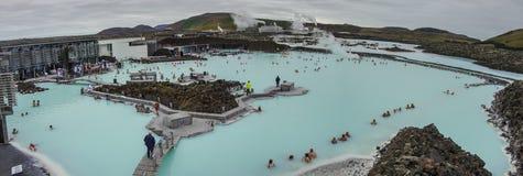LAGUNA BLU, ISLANDA - 8 MARZO: La gente che bagna nella laguna blu fotografia stock