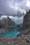 Laguna con acqua del turchese al piede della montagna di Fitz Immagine Stock