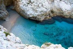 Laguna con acqua del turchese e rocce bianche intorno Fotografie Stock Libere da Diritti