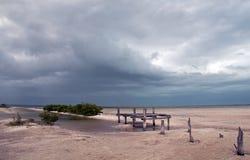 Laguna de deterioro abandonada de Chachmuchuk del muelle del barco en Isla Blanca Cancun Mexico Fotos de archivo